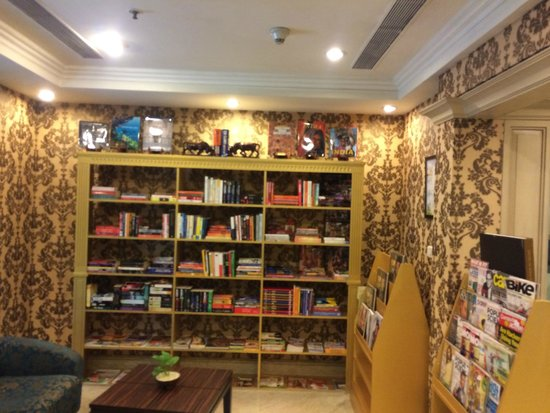Radisson Blu Hotel Chennai : Library opp Reception