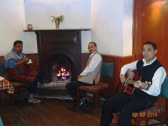 Summit Swiss Heritage Hotel & Spa: Krishna with the guitar and Mr. Uttam Paul next to him in front of the fireplace in the restaura