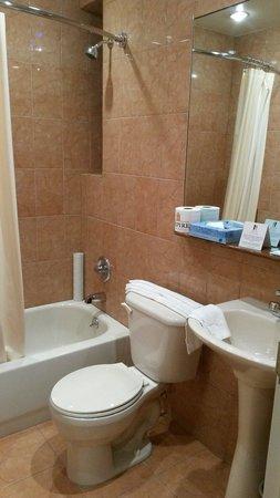 Hotel Newton: Salle de bain de la 405