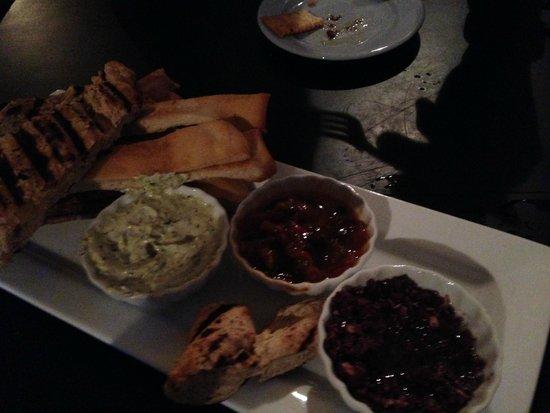 Saalt Pub: Entrée Pains maison Salsa et tapenade d'olives