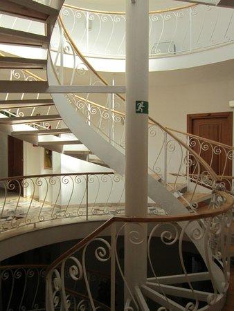 Hotel Sirenetta : Оригинальная лестница в отеле. Также имеется удобный лифт.