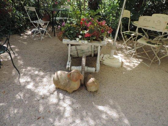 La Grignotière : déco dans le jardin entre les tables