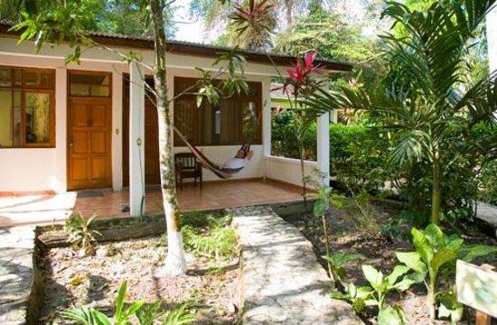 Hotel Jaguar Inn Tikal терраса с гамаком