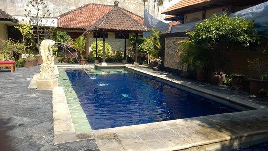 Yulia Beach Inn: swimming pool
