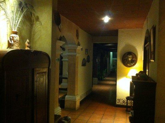 Hotel EuroMaya Suites: Pasillo central hacia las habitaciones