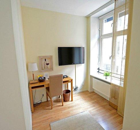 Hotel Vanilla : La habitación dispone de televisor y pequeño escritorio