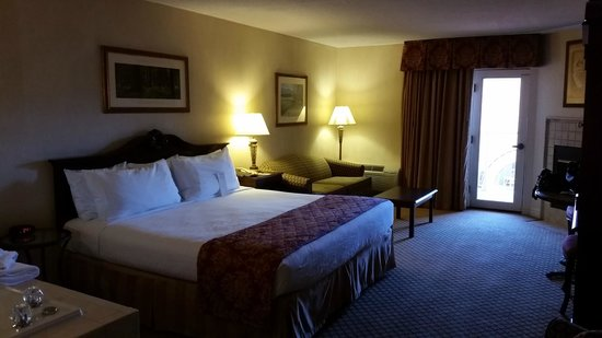 Music Road Resort Inn: Spacious Suite. Very comfortable Bed/Pillows.