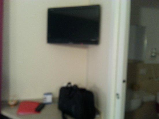 Hotel Saint Pierre: TELEVISIONE