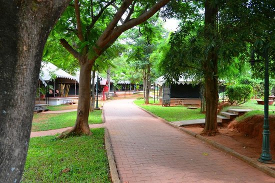 Olde Bangalore Hotel & Resort: Pathway to dining and pools area