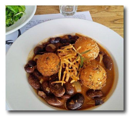 Der Steirer: Käferbohnen Gulasch mit gebackenen Polenta Bällchen