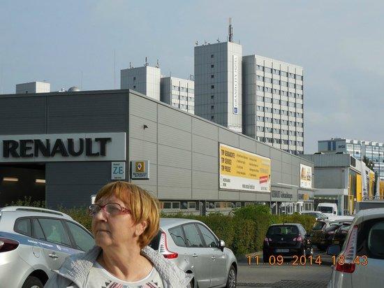 City Hotel Berlin East: Отель издали