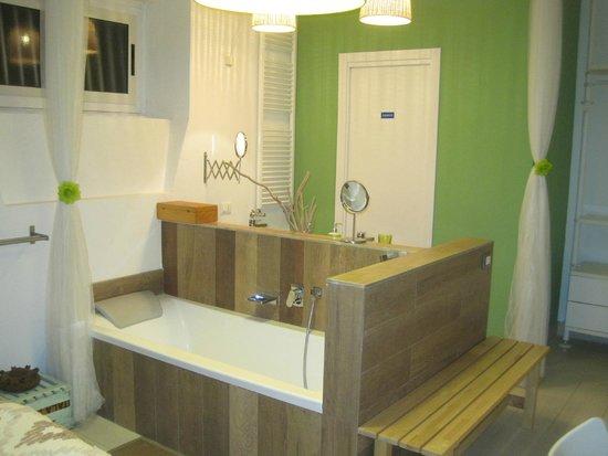 Vasca Da Bagno In Camera : D rendering lusso suite hotel camera da letto con vasca da bagno