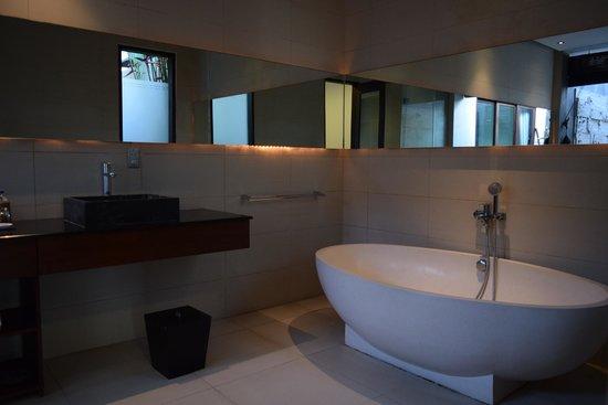 Chandra Luxury Villas Bali: Bath tub