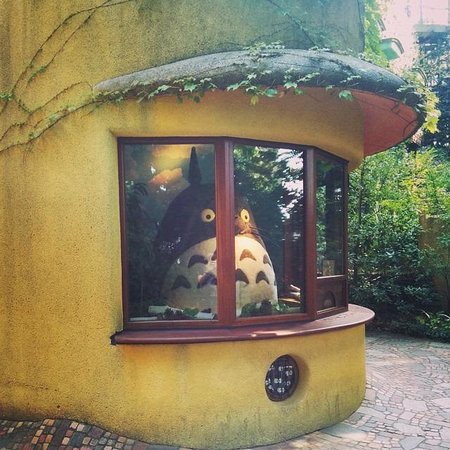 Musée Ghibli : Totoro! This place is well hidden, it's outside of the museum. Be sure not to miss it!