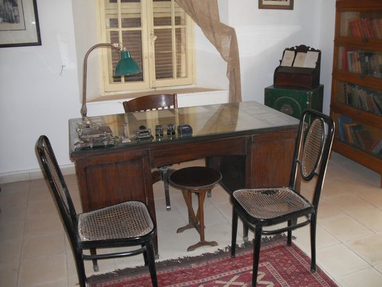 Howard Carter House: Carters desk