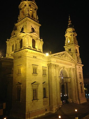 Pal's Hostel & Apartments: St. Stephen's Basilica viewed from balcony of Classy Apartment