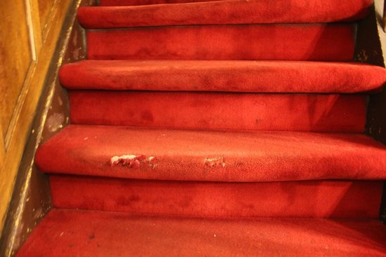 Hotel Washington: Smelly, dangerous, worn stair carpets