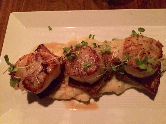 Commonwealth Restaurant & Skybar: Scallops over pork belly and scallion potatoes. Yum!