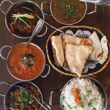 Brick Lane Curry House: Dos menú de almuerzo: El Bhuna con camarones y el Madras con tofu