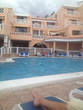 Paradise Court Aparthotel: Pool side