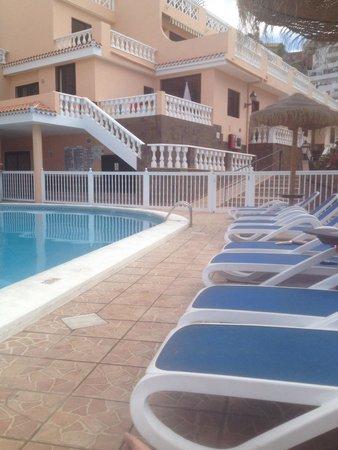 Paradise Court Aparthotel: Pool side