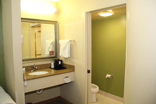 Sleep Inn West: Sink seperate from bathroom