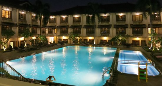 Jogjakarta Plaza Hotel : The pool and the lucky rooms that face the pool.