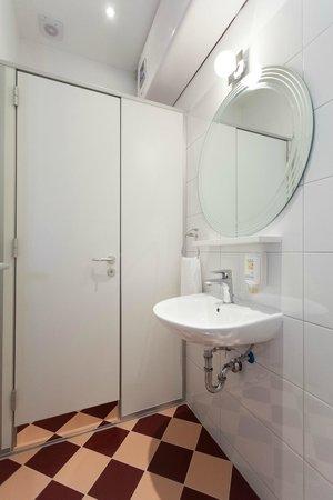 Design Hostel Mr. Charles: Bathroom