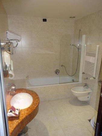 Athenaeum Hotel: bathroom