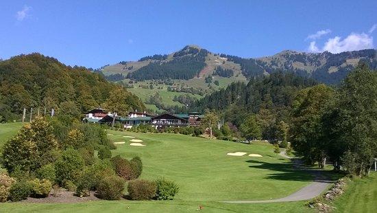 Grand Tirolia Kitzbuhel: Grand Tirolia vom Golfplatz