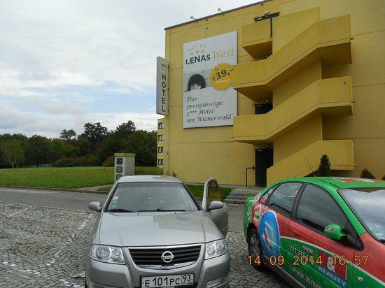Hotel Lenas West: Хорошая парковка