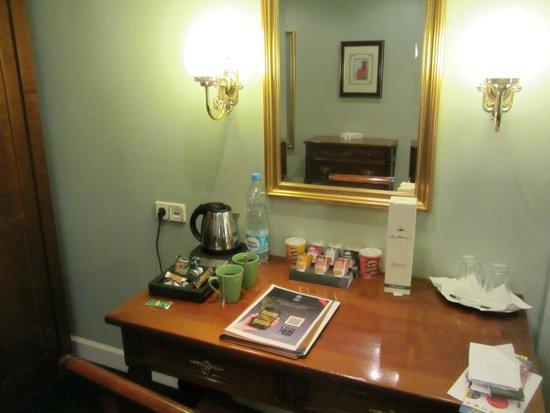 Hotel Liberty: zona con scrittoio e bollitore