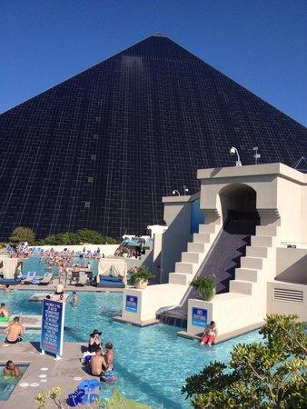 The luxor pool picture of luxor hotel casino las - Luxor hotel las vegas swimming pool ...