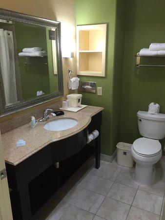 Sleep Inn & Suites: A clean and well spaced bathroom