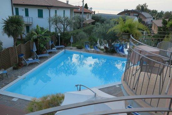 Hotel Ventaglio: La piscina dell'hotel vistta da una camera dell'albergo
