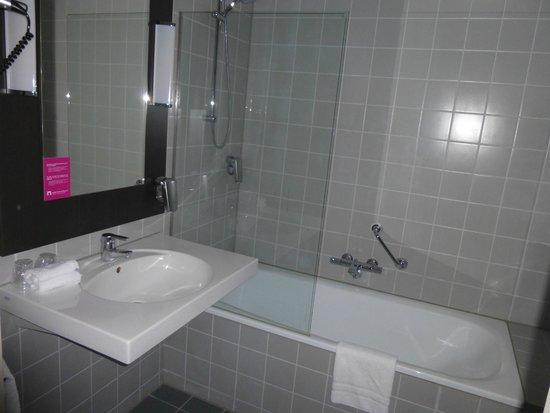 mooie ruime badkamer met douche - Foto van Apollo Hotel Breda City ...