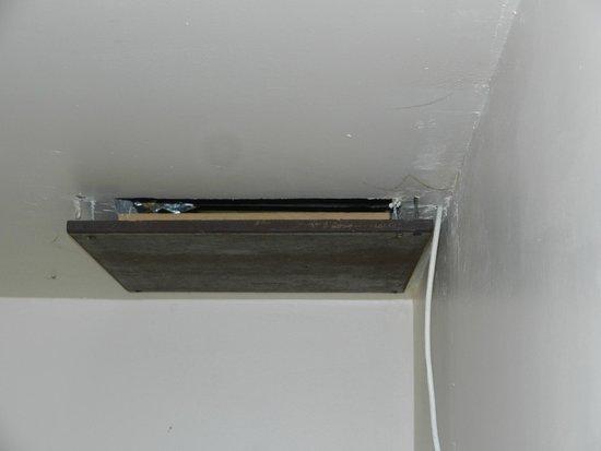 """Hotel T Kasteeltje: De """"galante"""" oplossing om een draad door plafond te steken..."""