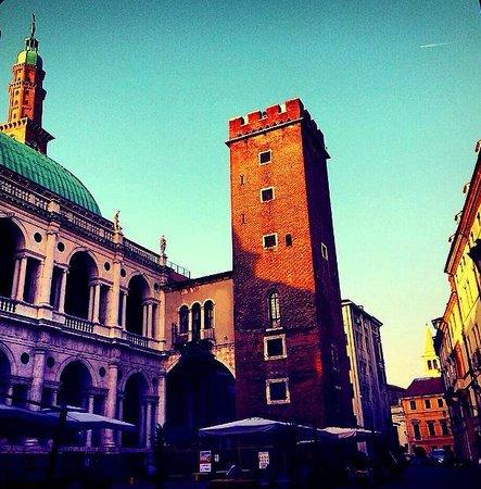 Vicenza, Italia: Basilica Palladiana (lato torre)
