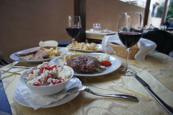 Restaurant & Rooms Dobrotski Dvori: В ресторане