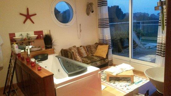 Fenêtres sur Mer : Salle de bain avec baignoire balnéo