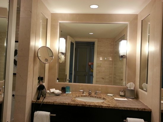 Four Seasons Hotel Chicago: Bathroom Vanity
