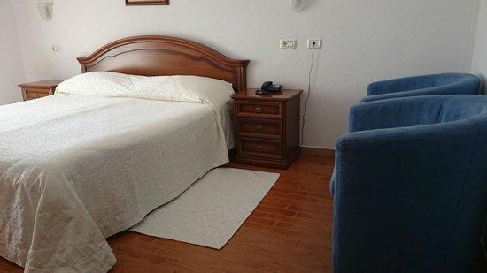 Hotel Marko: Кровать отличная, есть дополнительные подушки и пледы