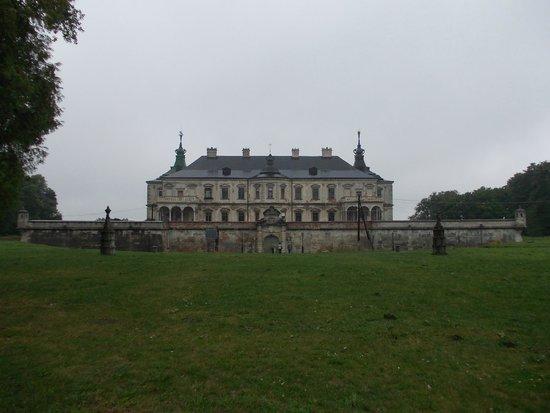 Pidhirtsi Castle: Vista panoramica dal viale di accesso all'ingresso