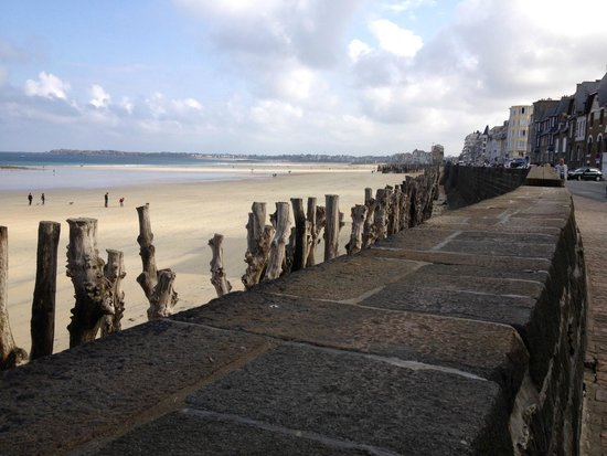 Mercure Saint Malo Front de Mer : Beach outside the hotel
