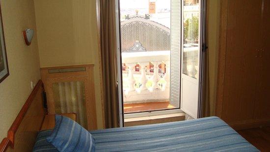 Hotel Mediodia: Вид из номера на жд вокзал Аточа