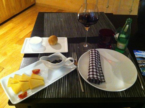 Gil's Little Bistro : Mise en bouche croate (fromage, olives et vin)