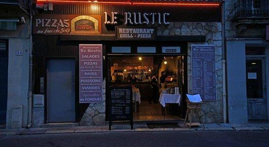 Le Rustic: La Rustic aan het plein