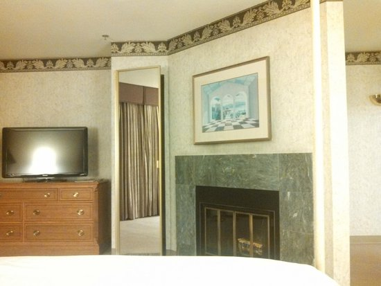 Cupertino Inn: Fireplace suite ... a ¨beautiful¨ picture above