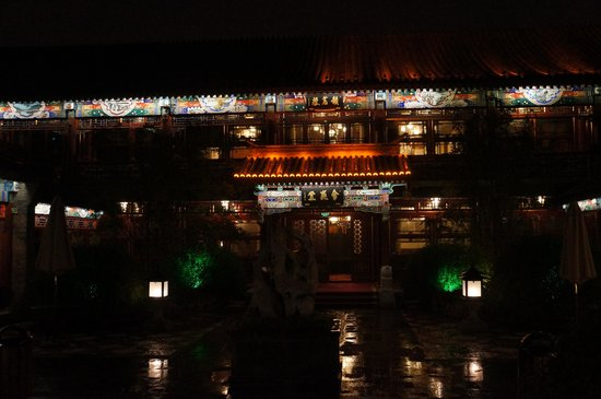 Han's Royal Garden Hotel : Hotel at night