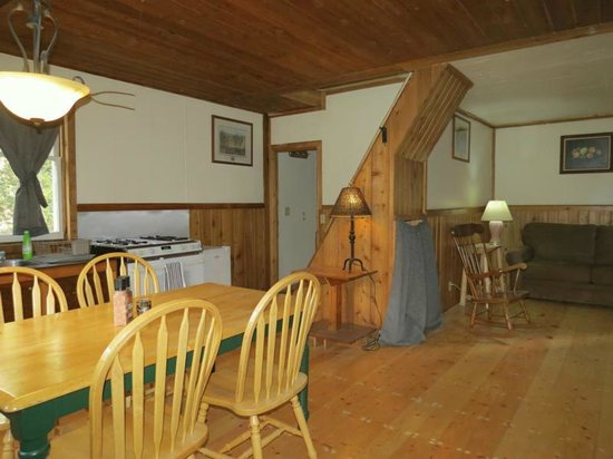 Beaverfoot Lodge: Cozy kitchen/dining and living room of cabin 1